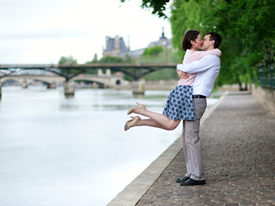 RomanticParisCouple_400